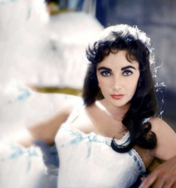 1557891112-878-che-do-dinh-duong-ki-la-cua-nu-hoang-mat-tim-elizabeth-taylor-elizabeth-taylor-eye-color-laying-down-597x640-1557473263-width600height643